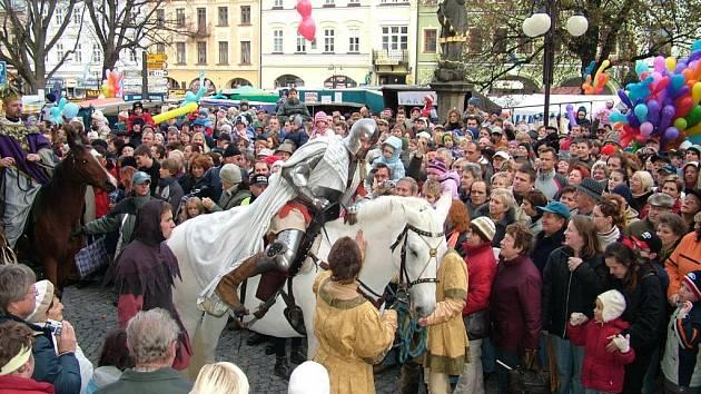 Martin na bílém koni jezdí každý rok do Frenštátu otevírat listopadové trhy. Teď by se náměstí mohlo jmenovat po něm.