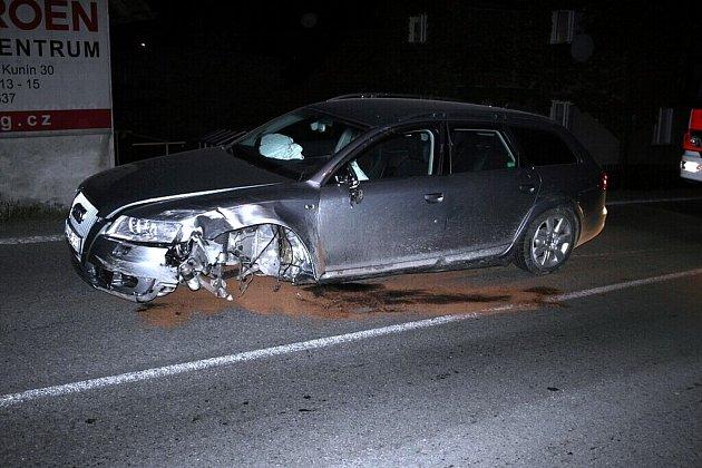 Opilý řidič audi při havárii totálně zrušil plot domu i levou přední starnu automobilu.