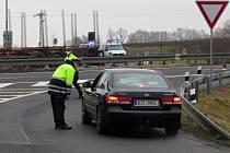 Policisté stáli v pondělí 1. března 2021 na mnoha místech poblíž hranic okresu Nový Jičín a kontrolovali řidiče, zda mají povolení k cestě mezi okresy.
