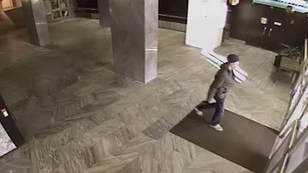 Zloděj, jak jej zachytila kamera na odchodu z Kulturního domu Kopřivnice 7. ledna.