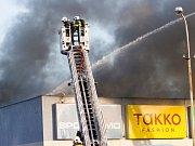 Zásah hasičů i požáru obchodního centra v Kopřivnici.