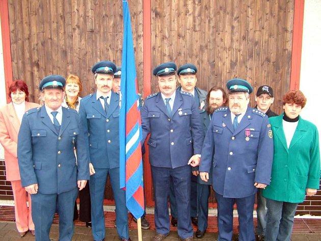 Vybaveni praporem vyrazili hasiči Vésky na slavnostní mši.