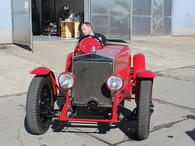 Červený sportovní vůz značky Wikov, který dosáhne až stočtyřicetikilometrové rychlosti poputuje do Hronova.