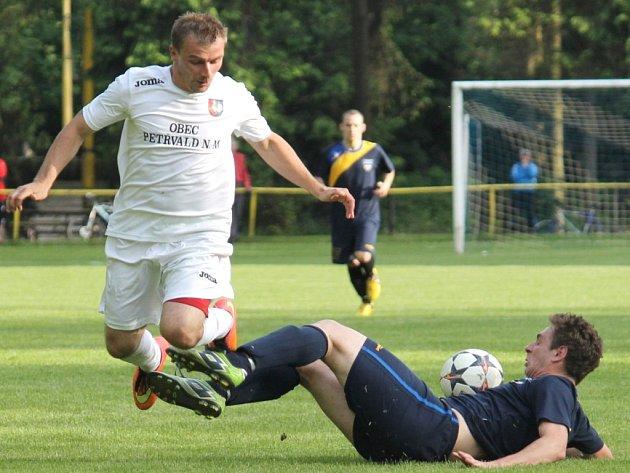 Petřvaldský útočník Jiří Huvar (vlevo) si v Darkovicích připsal už šestnáctý gól v sezoně.