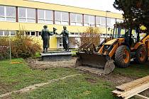 Těžké stroje obsadily prostranství před školou, kde se pracuje na přístupových chodnících.