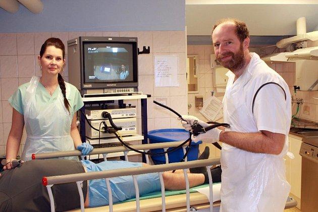 MUDr. Ladislav Langner a zdravotní sestra Pavlína Pavelková s novým vybavením před vyšetřením pacienta.