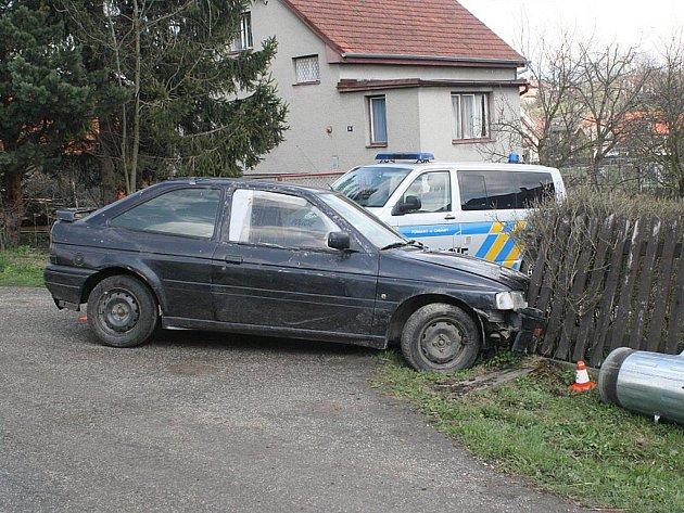"""Zběsilé ujiždění před policisty skončilo """"zaparkováním"""" v plotě."""