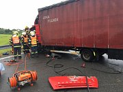 Dvě dopravní nehody v rozmezí několika minut, vzdálené vzdušnou čarou jen pár kilometrů, zaměstnaly v pátek ráno hasiče i záchranáře na Novojičínsku. Výsledkem karambolů je pět zraněných lidí. (Fulnek)