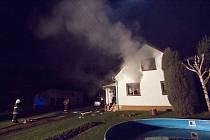 Tři jednotky hasičů zasahovaly krátce po začátku nového roku ve Staré Vsi u Bílovce, kde hořelo ve sklepě rodinného domu.
