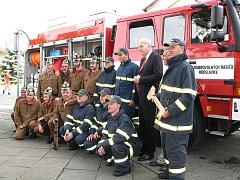 Novou hasičskou cisternu dostali hodslavičtí hasiči loni koncem května. Předání byl přítomern i tehdejší hejtman Evžen Tošenovský.