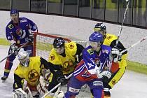 Petr Macháček z Nového Jičína (vpravo) cloní ve výhledu brankáři Uničova Tomáši Štůralovi v utkání 29. kola II. hokejové ligy.