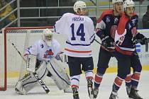 NOVOJIČÍNSKÉ HOKEJISTY (ve světlém) čeká už v pátek třetí derby v sezoně, které bude mít slavnostní zahájení. Zápasu totiž bude předcházet slavnostní vyvěšení dresu novojičínské hokejové legendy Jaroslava Bartoně.