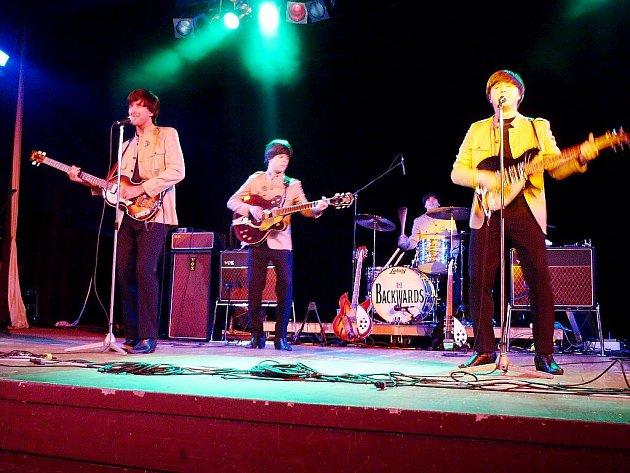 """Kopřivnici v sobotu 18. července jednoznačně ovládli legendární The Beatles. Songy """"brouků"""" zde na prvním ročníku Koprofky zahrála revivalová skupina The Backwards."""