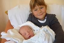 LUCIE LYSÁKOVÁ se sestrou Nellií, Prostějov, nar. 30. 9. 2012, 51 cm, 3,30 kg. Nemocnice Nový Jičín.