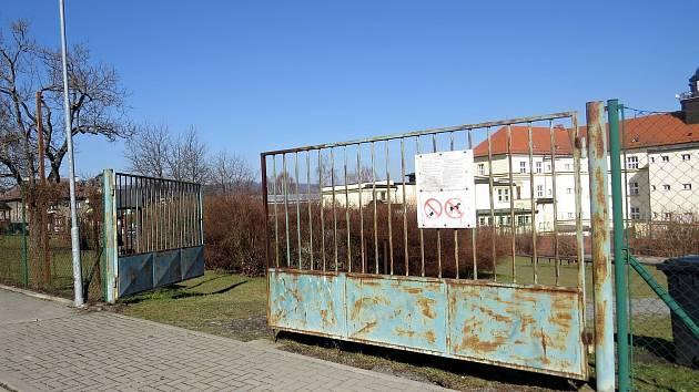 Brána k dětskému hřišti u Základní školy Komenského v Odrách zůstává otevřená. Přístupná jsou ve městě i další hřiště.