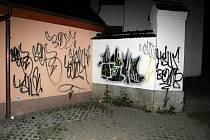 Před necelými dvěma roky neznámý vandal posprejoval v novojičínské místní části Žilina pomník, automobil, objekt chráněného bydlení i kostelní zeď.