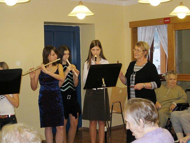 Děti zazpívaly vánoční písně seniorům v Domově důchodců Paprsek v Novém Jičíně.