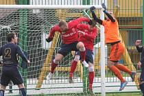 Fotbalisté Bílovce (v červeném) zvítězili díky zlepšenému výkonu ve druhém poločase na hřišti Polanky nad Odrou.