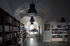 Takto vypadají portory knihkupectví MonAmi s kavárnou a galerií po rozsáhlé rekonstrukci.