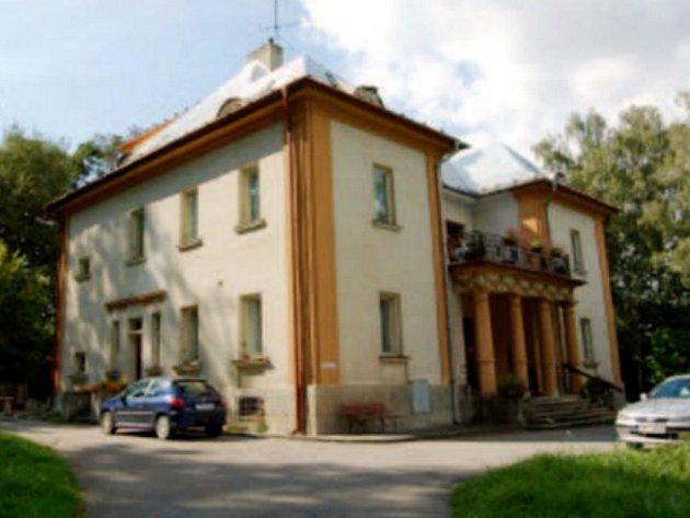 V SOUČASNÉ DOBĚ je z vily domov pro seniory. Toto místo stále platí za relativně tichou a klidnou část města.