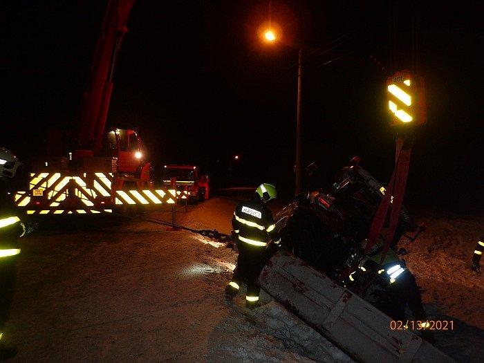 Hasiči mají v těchto dnech plno práce také s vyprošťováním vozidel ze sněhu. V sobotu večer se zapojily do vyprošťování osmitunového traktoru se zadní radlicí v příkopu ve Vražném (okres Nový Jičín).