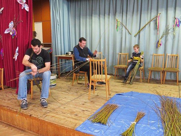 V kulturním domě ve Vlčovicích se lidé připravovali na Velikonoce.