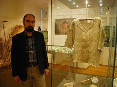 Václav Michalička u ručně vyrobené košile, na jejíž výrobu padlo v příborském muzeum 2 tisíce rostlin kopřiv.