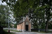 Rodinná hrobka rodu Schustalů na starém hřbitově v Kopřivnici je v plném proudu. Člen rodiny Ignác byl zakladatelem automobilové výroby v Kopřivnici.