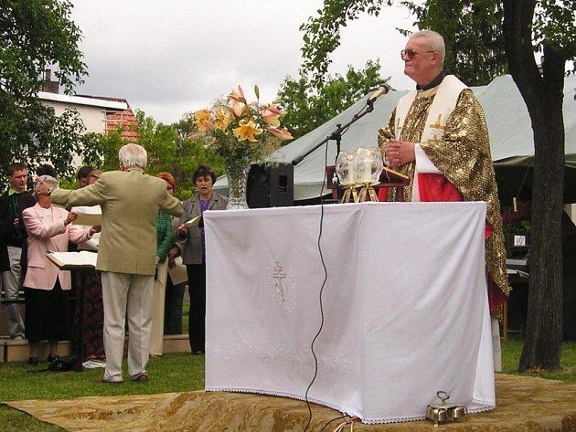Také v Kopřivnici – místní části Sýkorec se ve čtvrtek sešli lidé, aby vzpomněli na skutky věrozvěstů Cyrila a Metoděje. Mše se uskutečnila pod širým nebem.