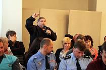 Obyvatel Frenštátu pod Radhoštěm Oldřich Kutáč (s mikrofonem) kritizoval zastupitele za to, že místo posílení policejní služby přenášejí řešení problémů ve městě na živnostníky.