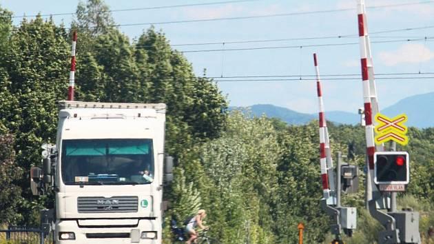 Červenou na přejezdu ignoroval další řidič kamionu. Tentokrát v Suchdole nad Odrou.