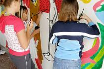 Zastávka v Pustějově září barvami. Na jejím vymalování se podíleli žáci 4. a 5. třídy ZŠ Pustějov.