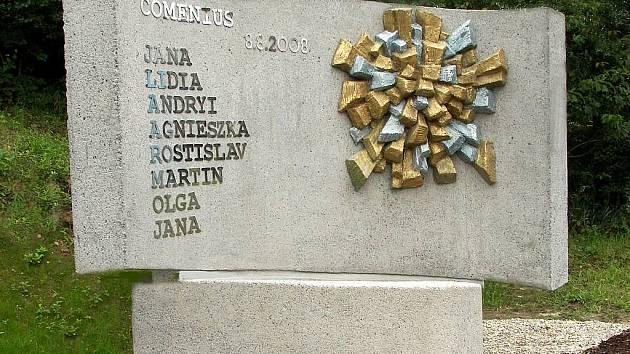 Takto vypadá pomník obětem železničního neštěstí ve Studénce. Jetšě jej bude zdobit zlatá růžice a na jeho stěnu přibude osm jmen lidí, kteří zemřeli na následky zranění.
