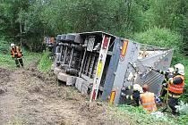 Převrácený kamion, který převážel pece ústředního topení, vyprošťovali v pondělí 26. července několik hodin hasiči ve Vlkovicích, místní části Fulneku.