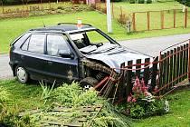 Jízda podnapilého řidiče obcí Tichá, který nafoukal 3,62 promile, naštěstí skončila jen zbořeným plotem.