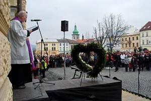 S úderem nedělní patnácté hodiny začala na frenštátském náměstí ekumenická bohoslužba za oběti výbuchu panelového domu v ulici 6. května.