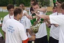 Do poháru za vítězství v Moravskoslezské fotbalové lize, který držel kapitán Tomáš Vajda, nalévali šampaňské snad všichni jeho spoluhráči.