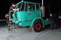 První čtyři automobily navezli řidiči v úterý 6. dubna 2021 do nového Muzea nákladní automobilů v Kopřivnici. V muzeu má být celkem sedm desítek automobilů značky Tatra.