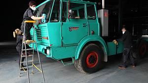Videopohlednice, příjezd prvních exponátů do nového Muzea nákladních vozů Tatra v Kopřivnici, 6. dubna 2021.