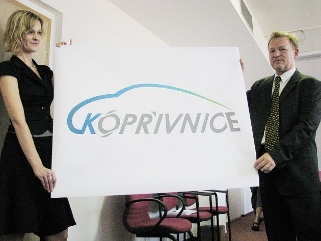 Logo města Kopřivnice je tvořeno spojením linie, připomínající historii, koncepci a originalitu automobilů Tatra.