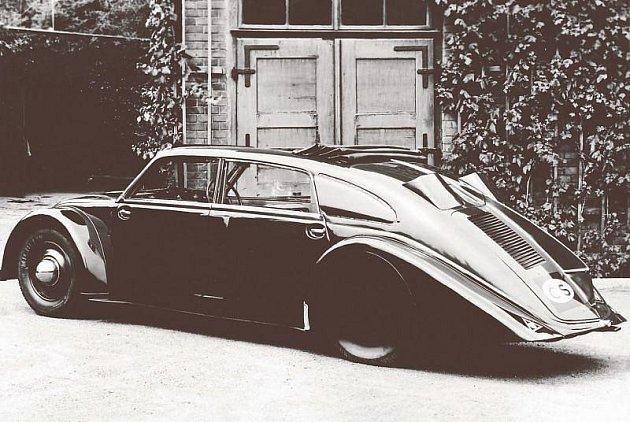Elegantní vůz Tatra 77, který vzešel z kopřivnické automobilky, letos slaví symbolické výročí svého vzniku – sedmasedmdesát let.