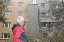 """Lešení """"zdobí"""" na novojičínské Dlouhé ulici dům číslo popisné 41 již od loňského roku. Po řemeslnících se však téměř slehla zem."""