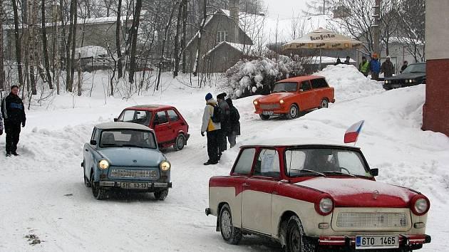 Majitelé trabantových vozítek se sjeli tento víkend do Trojanovic. Kromě Spanilé jízdy Frenštátem si užili i různé soutěže a školu smyku.