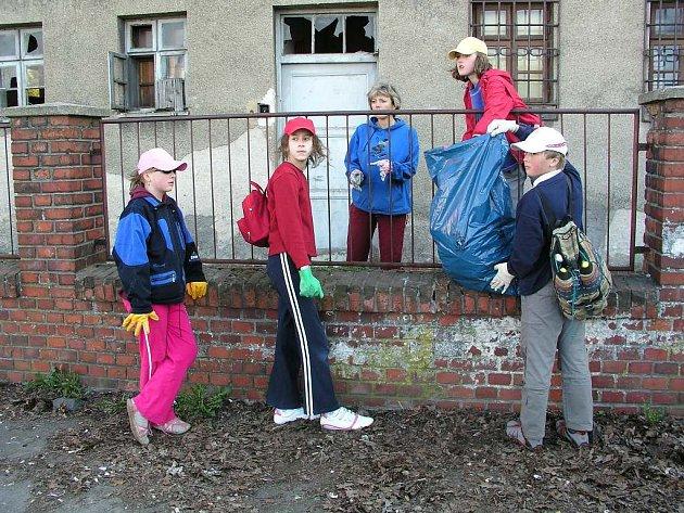 Jedním z míst, kde děti v Bílovci uklízely, bylo i okolí nádraží Českých drah.