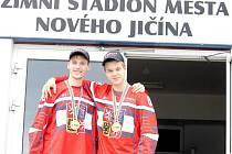 NOVOJIČÍNŠTÍ ZLATÍ HOŠI přivezli s českou in-line hokejovou reprezentací z nedávného mistrovství světa juniorů nejcennější medaile. Jak obránce Jan Zahradníček (vlevo), tak útočník Vít Christov patřili k oporám týmu.