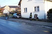 Na kluzkou vozovku doplatil v pátek 23. ledna řidič v Suchdole nad Odrou. Krátce před osmou hodinou ranní nezvládl se svým vozem Peugeot 206 řízení na namrzlé cestě, dostal smyk, a poté narazil do plotu rodinného domu.