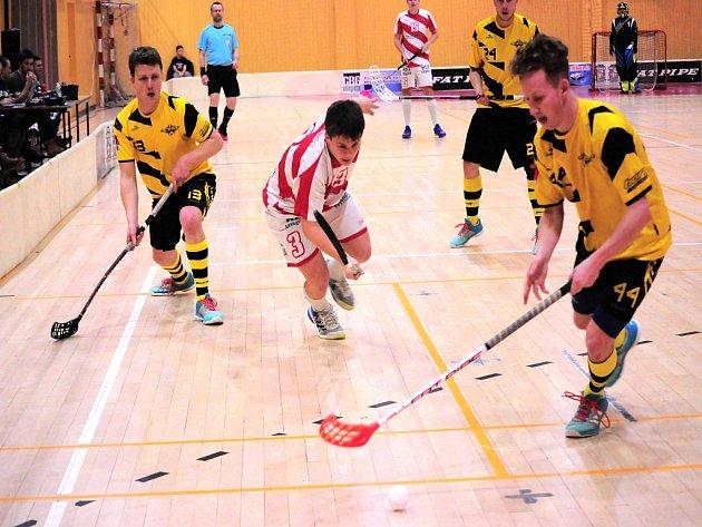 Florbalisté Kopřivnice (v bílo-červeném) zvládli oba úvodní domácí zápasy čtvrtfinálové série proti Rožnovu a k  postupu do semifinále jim stačí jediné vítězství.