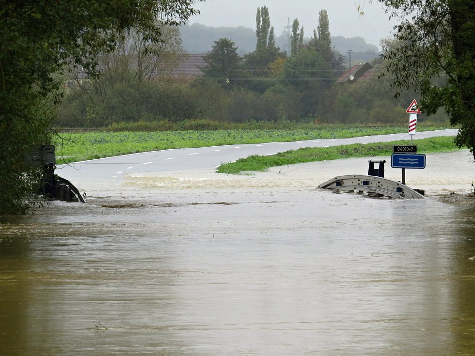 Silnice mezi Jeseníkem nad Odrou a Mankovicemi byla ve středu 14. října kolem poledne uzavřená.