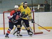 Hokejisté kopřivnické Tatry (na snímku v modrém obránce Merenda) hostí už ve středu Šumperk, který zatím hraje všechna svá utkání mimo vlastní stadion, který prochází rekonstrukcí.