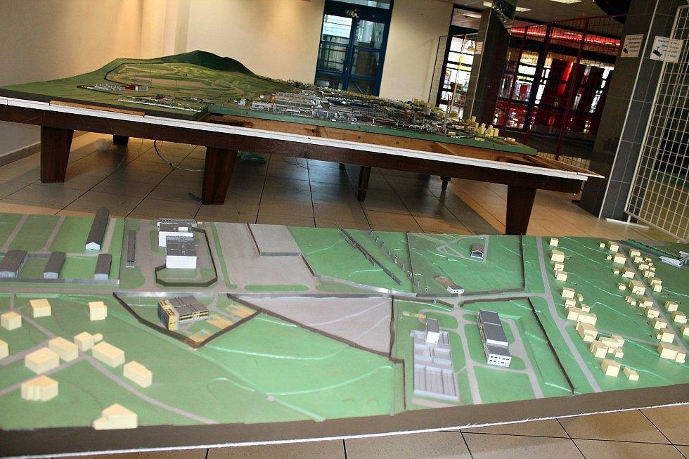 Model automobilky Tatra a částí města má rozměry zhruba čtyři krát čtyři metry.